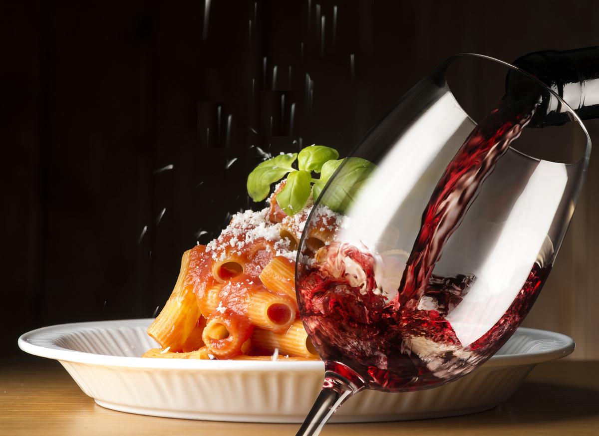 plats-de-pates-avec-vin