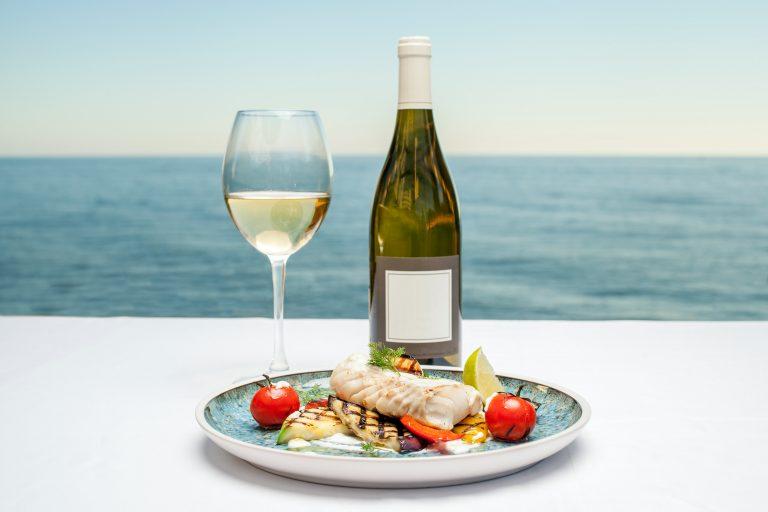 vin blanc avec plats